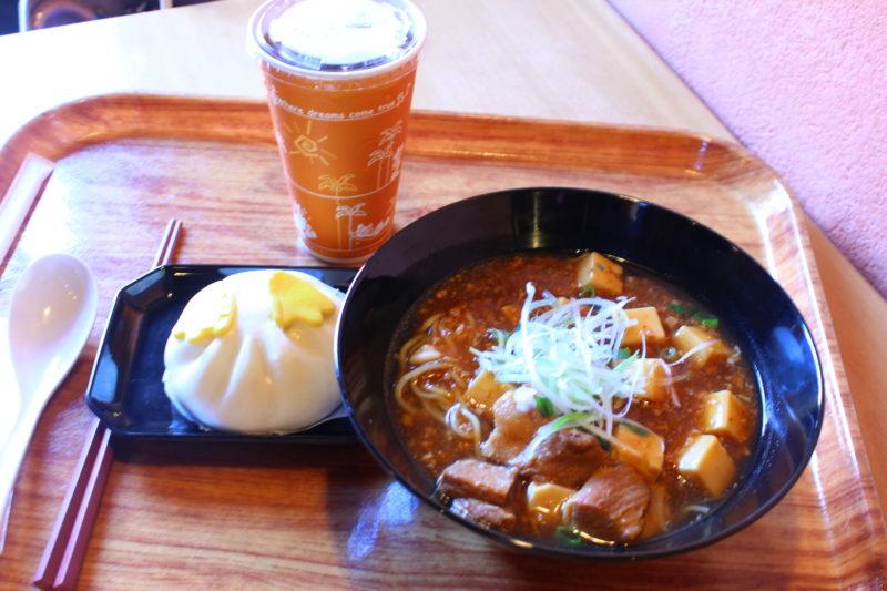 麻婆麺と肉まんとジュース
