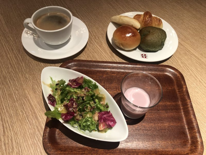 パン食べ放題付バリューセットの本日のサラダとヨーグルトドリンクとパン