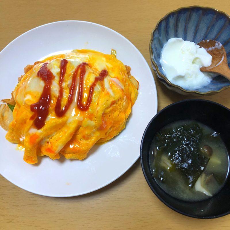 オムライスとヨーグルトと味噌汁