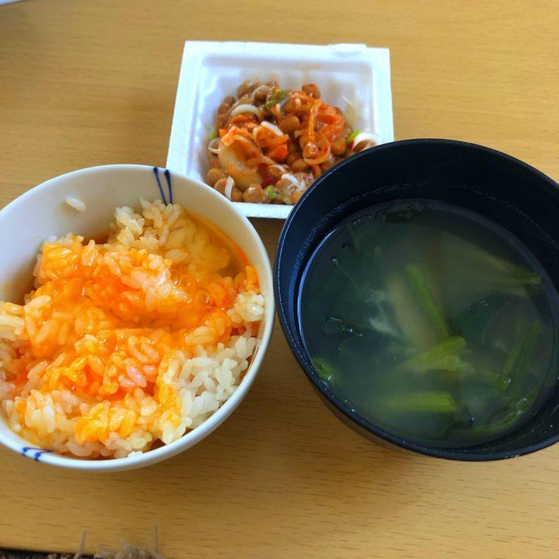 卵かけご飯と味噌汁とキムチ納豆