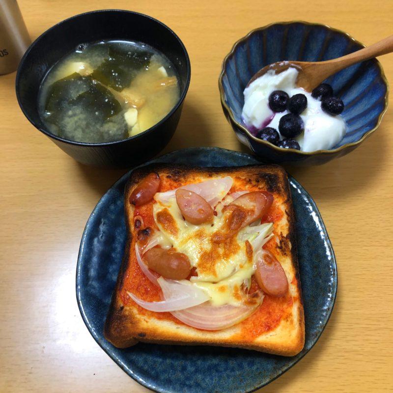 ピザトーストと味噌汁とヨーグルト