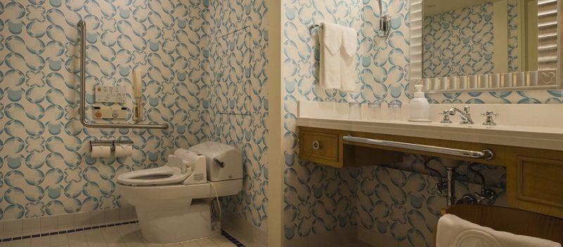デラックスルーム(アクセシブル)のトイレと洗面台