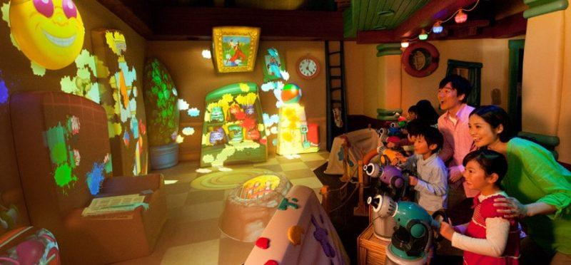 グーフィーのペイント&プレイハウスで遊ぶ親子