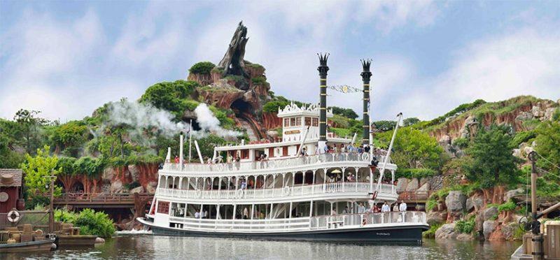アメリカ河に浮かぶ蒸気船マークトウェイン号