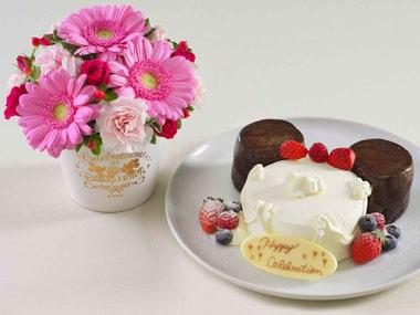 ホールケーキと花束
