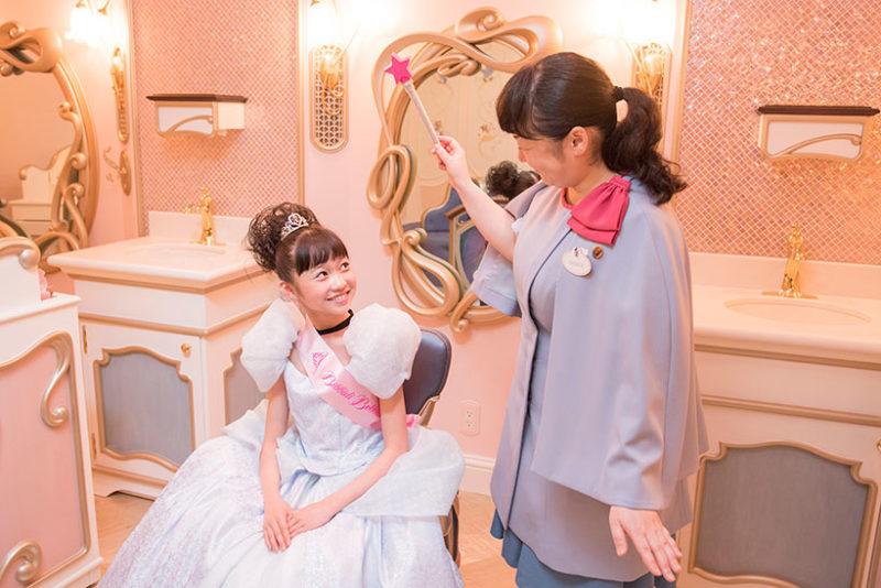 プリンセス体験する女の子とキャスト