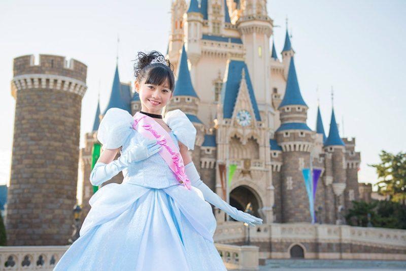 プリンセスに変身した女の子とシンデレラ城
