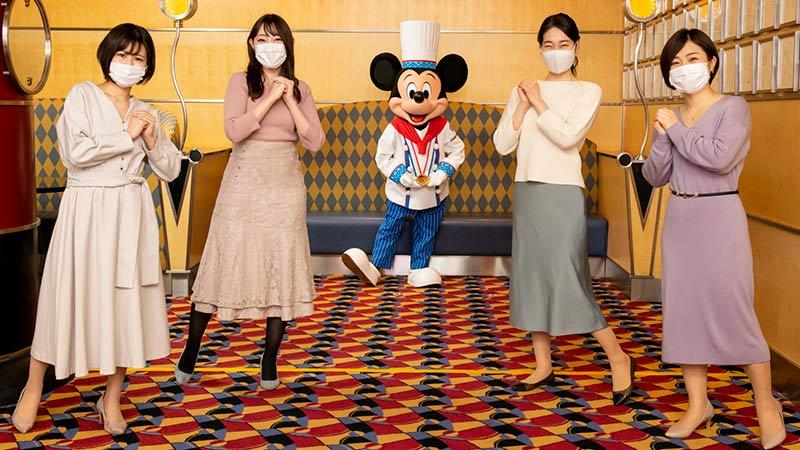 シェフのミッキーと撮影する4人の女性