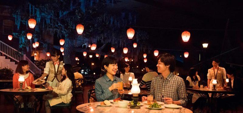 ブルーバイユー・レストランで食事を楽しむカップル