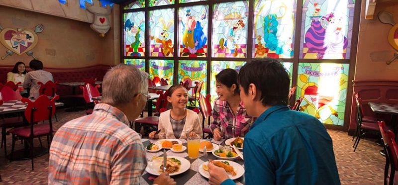 クイーン・オブ・ハートのバンケットホールで食事をする家族