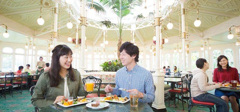クリスタルパレス・レストランで食事をするカップル