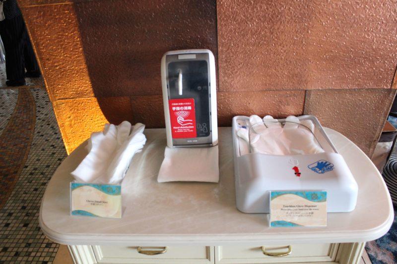 オチェーアノにある消毒スプレーとビニール手袋